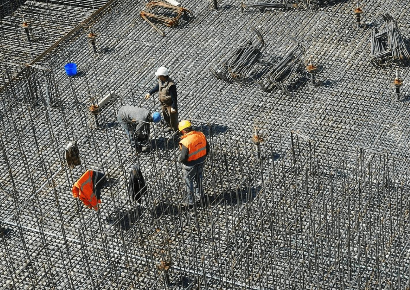chantier avec ouvriers btp